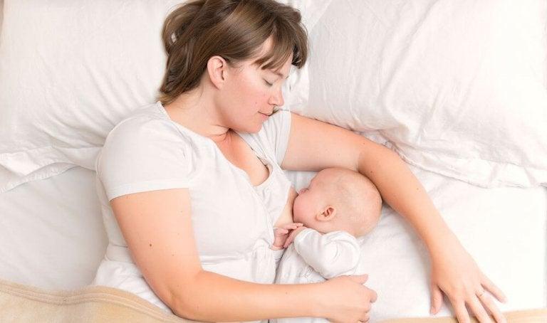 """Breastsleeping: porque dormir """"con teta"""" también es normal y saludable"""
