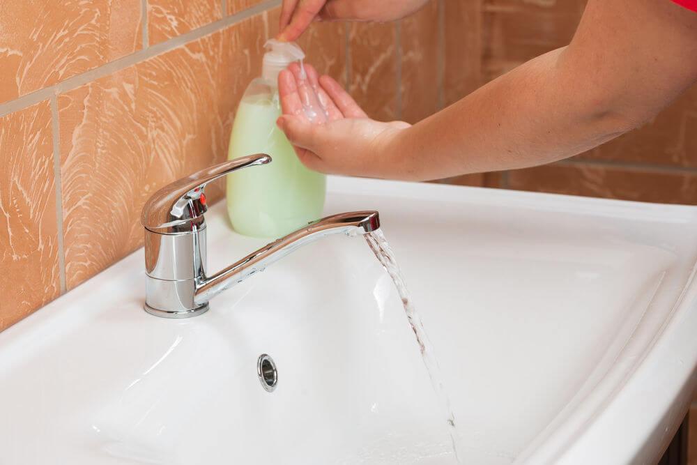 Es bueno enseñar a los niños el hábito de lavarse las manos antes de comer.
