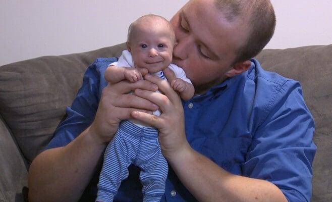 matthew bebé con enanismo