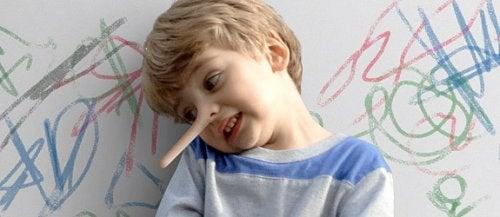 Niño con la nariz muy larga por decir mentiras, como en los cuentos infantiles.