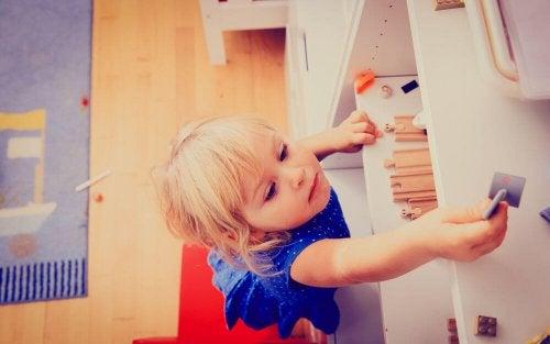 La exploración y la curiosidad son características del aprendizaje kinestésico.