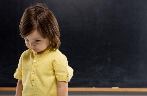 nino-timido-en-la-escuela
