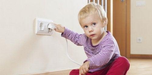 Los enchufes son uno de los elementos que hay que dejar fuera del alcance de los niños.