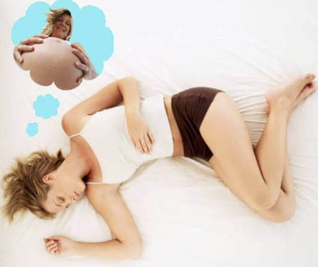 Une femme qui rêve d'être enceinte.