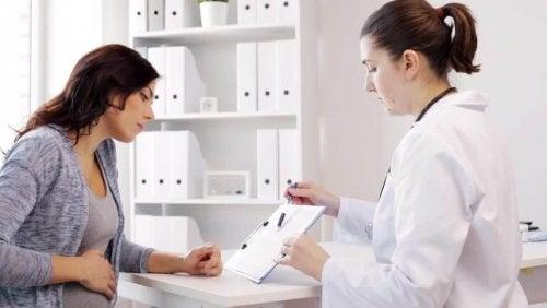 Mujer con su ginecóloga
