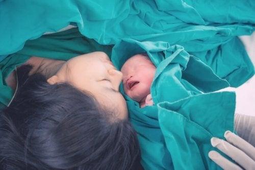 Madre con su bebé después del parto.