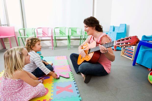 Deux enfants qui écoutent une chanson.