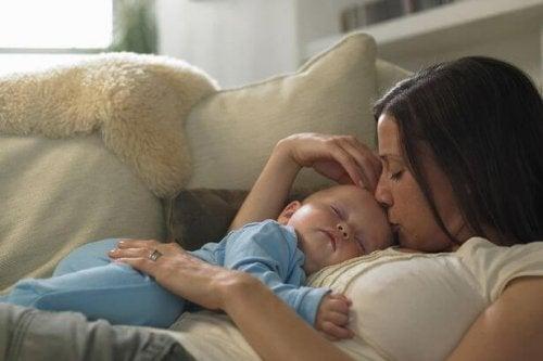 bebé durmiendo en brazos de mamá
