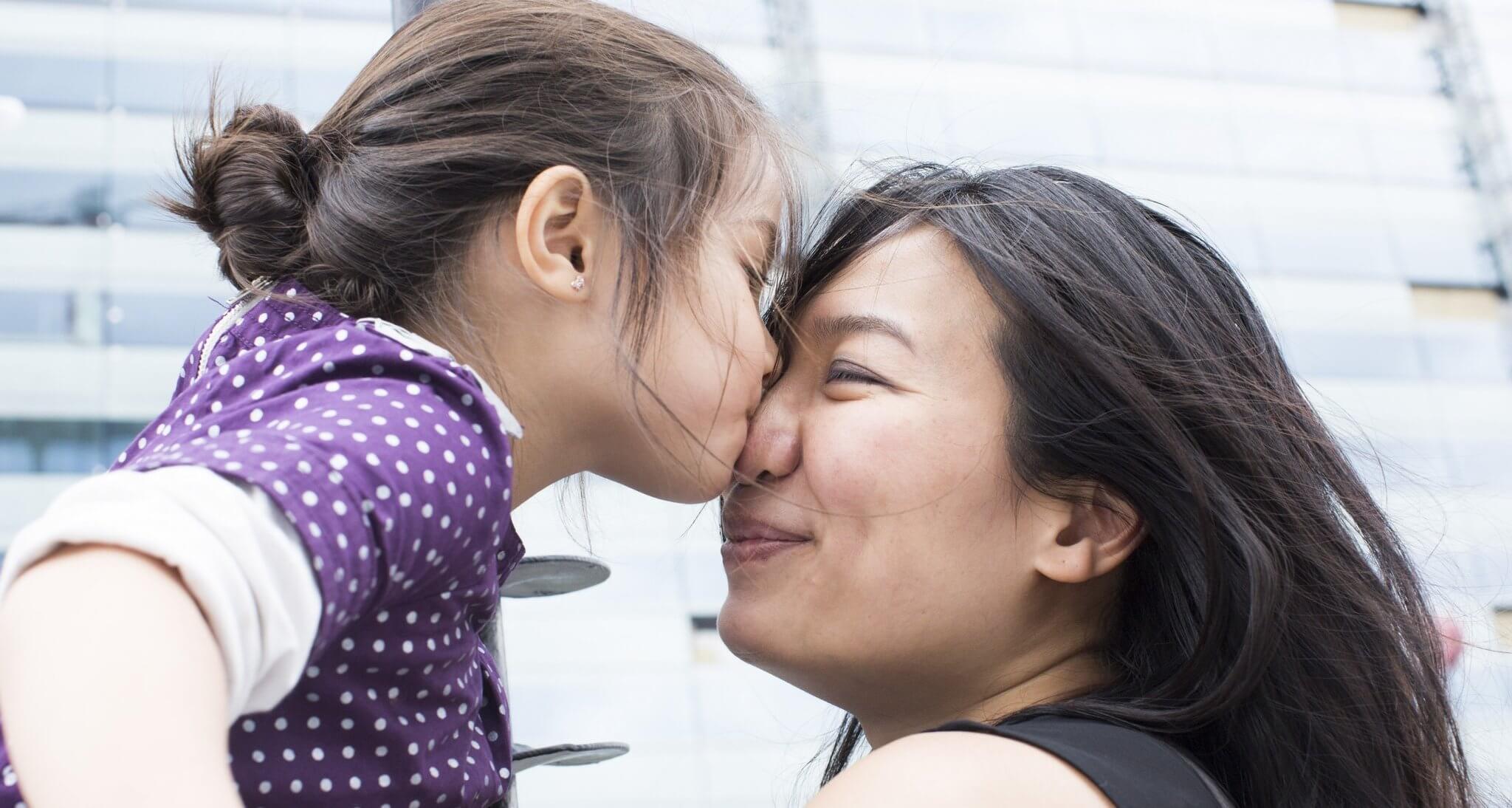 niña besando mamá