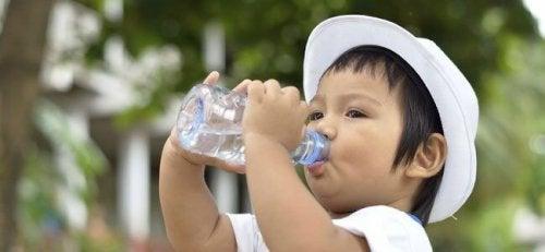 nino-bebe-agua-p