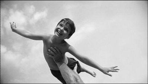 Un niño necesita volar, no encadenarse a los adultos