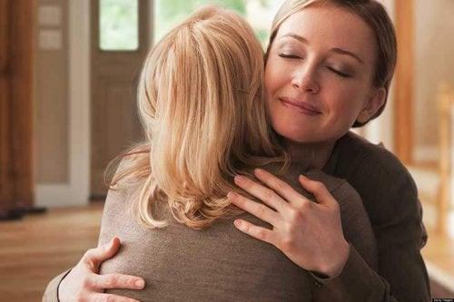 Dos hermanas se reencuentran con su madre después de 40 años