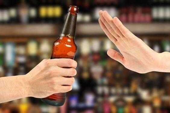niégate a beber alcohol