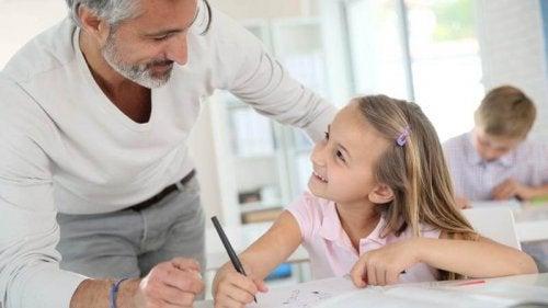 La pedagogía sistémica requiere que los padres y los colegios interactúen para la educación de los niños.