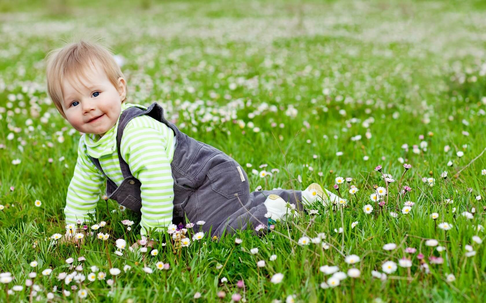 cute_lovely_baby_play_in_garden-1680x1050