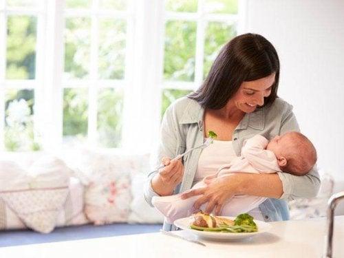 La dieta después de dar a luz debe contemplar las necesidades de la madre y su bebé.