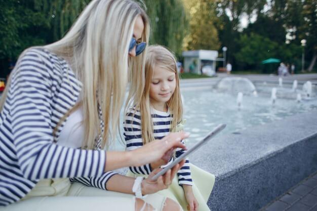 madre-e-hija-con-una-tablet-en-las-manos_1157-2188