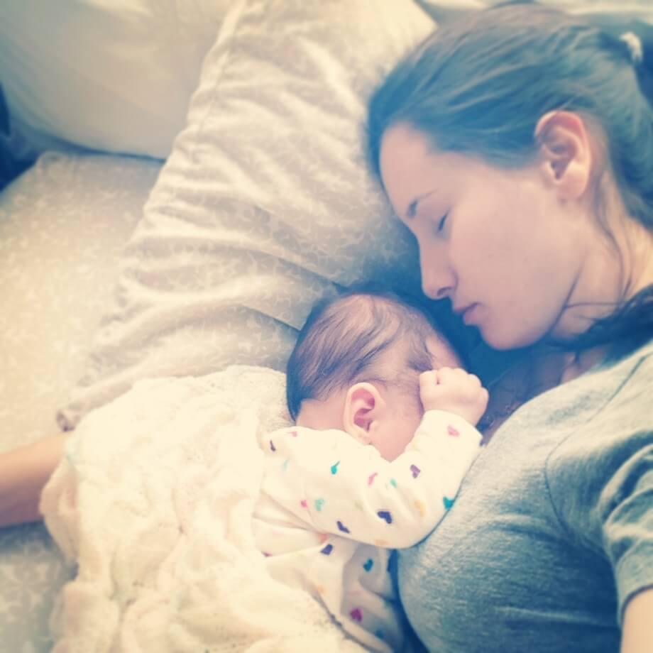 mama-y-bebe-durmiendo