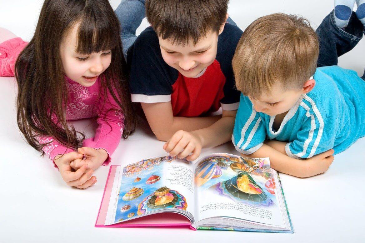 ninos-leyendo-un-cuento-infantil