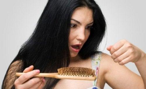 La caída del pelo después del parto puede deberse a carencias nutricionales.