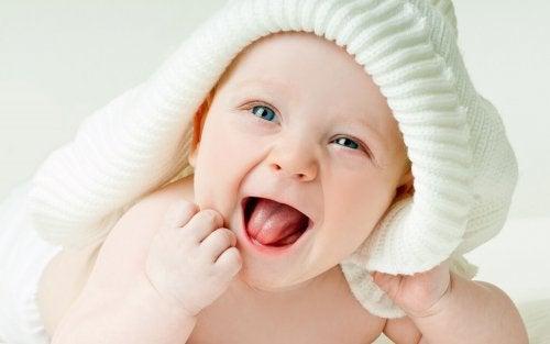 ¿Cuándo le cambia el color de ojos al bebé?