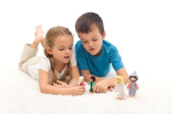 Deux enfants qui jouent avec des figurines.