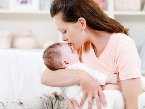 Por qué los bebés necesitan estar en brazos