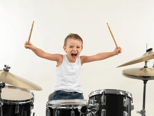 8 beneficios de tocar la batería para los niños