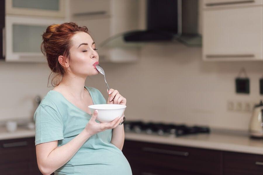 Consejos para sobrellevar los antojos en el embarazo.
