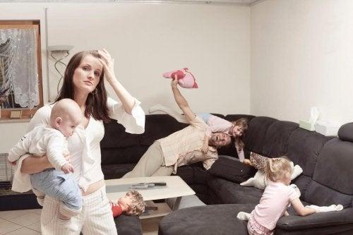 Por qué las madres se sienten más estresadas que los padres al cuidar a los hijos