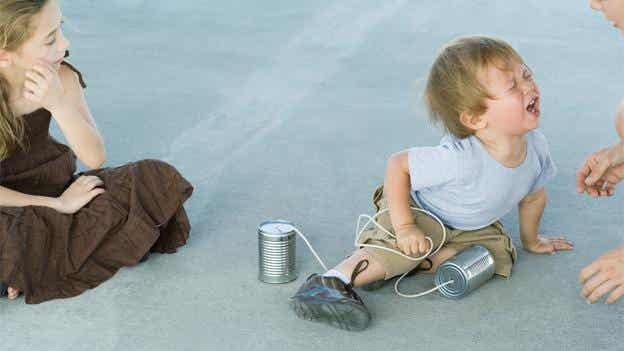 ¿Por qué mi hijo se cae tanto?