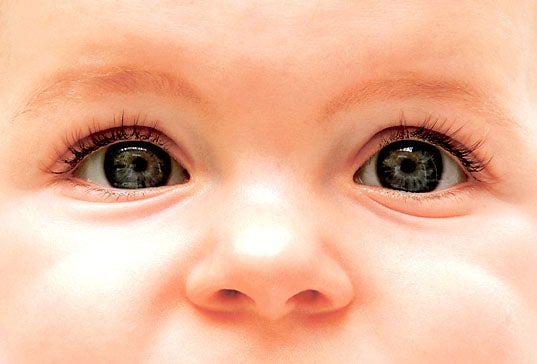 bebe ojos oscuros se aclaran
