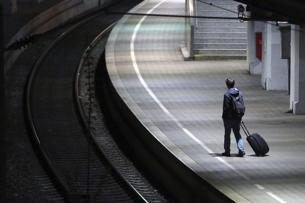 Un adolescent seul dans une gare.