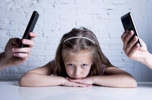 Estar más pendiente del móvil que de tu hijo tiene consecuencias