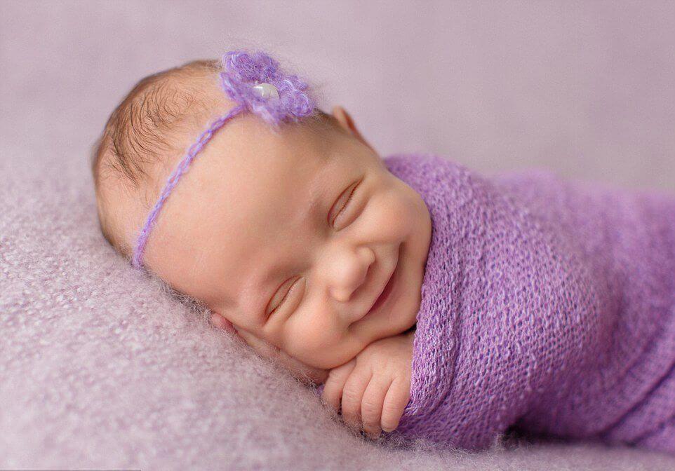 Un bébé rieur