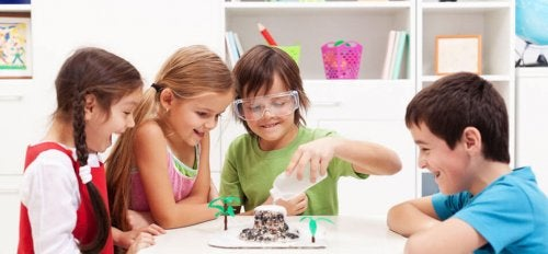 La educación disruptiva sugiere pasar de la teoría a la experiencia.