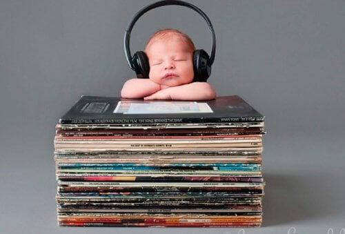 Escuchar música ayuda a tu bebé a hablar rápido