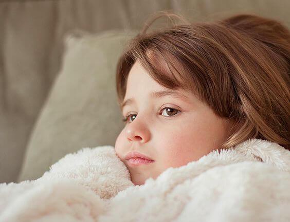 un enfant malade au lit.