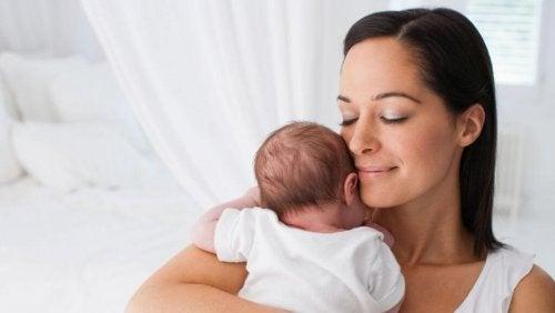 Madre con su bebé durante el puerperio pensando en un método de anticoncepción.