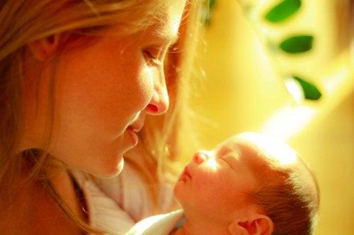 Los abrazos de la madre calman el dolor de los bebés prematuros