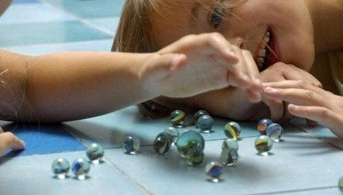 Los juguetes pequeños son causantes de asfixia muchas veces.