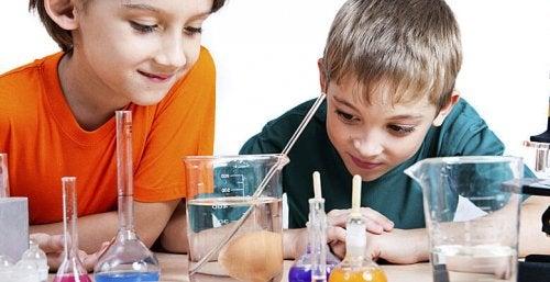 Los experimentos para hacer en casa con niños despiertan su curiosidad.
