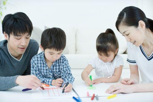 Des parents dessinent avec leurs enfants, aspect de l'éducation japonaise