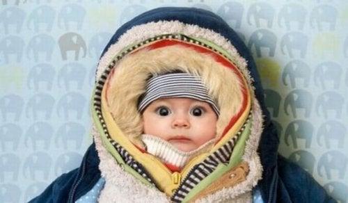 Hay consejos para saber qué ropa necesita un recién nacido en invierno.