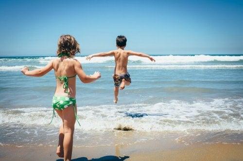 Las playas son grandes destinos para ir de vacaciones con niños.