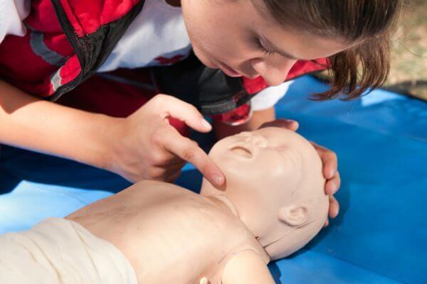 Cómo reanimar a un bebé tras un accidente