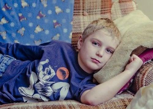 Un garçon allongé sur le canapé.