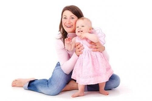 Une maman et sa petite fille en robe rose