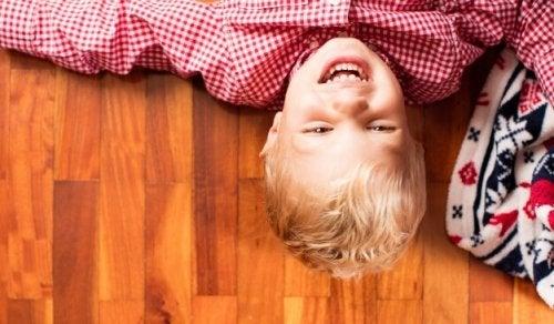 Enseña a tu hijo a reírse de sí mismo