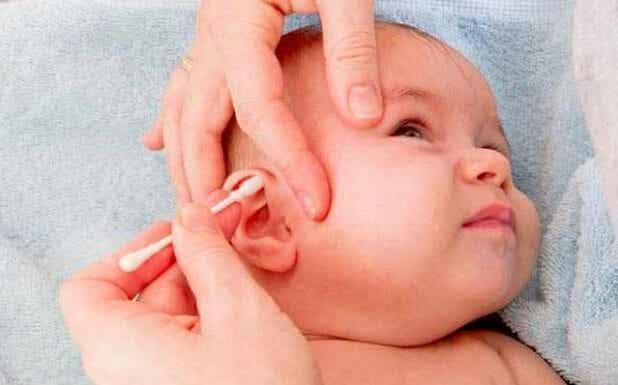 ¿Por qué no debes usar bastoncillos para limpiar los oídos a tu bebé?